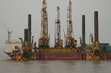 underwater drilling & blasting rig in the marine for dredging channel in the site